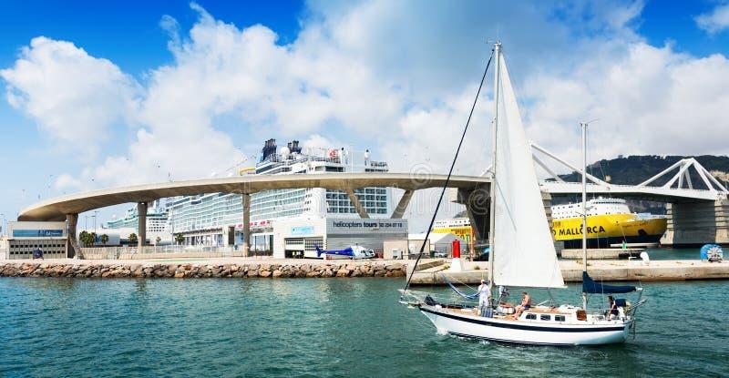 Terminales de viajeros en el puerto de Barcelona del mar foto de archivo