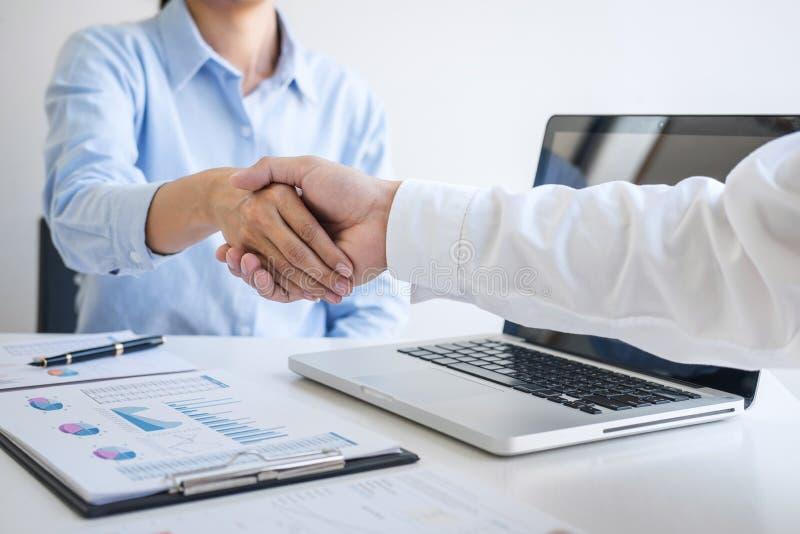 Terminando acima uma reunião, aperto de mão do negócio após ter discutido o bom negócio da troca para assinar o acordo e transfor imagens de stock