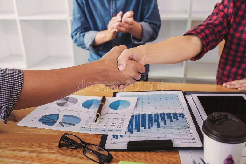 Terminando acima uma reunião, aperto de mão de dois executivos felizes após o acordo de contrato transformar-se um sócio, colabor fotografia de stock royalty free