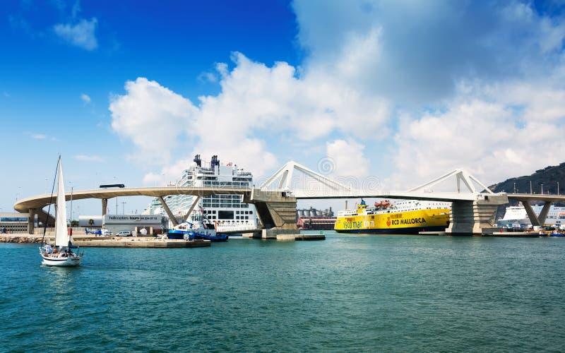 Terminaux pour passagers au port de Barcelone l'espagne photographie stock