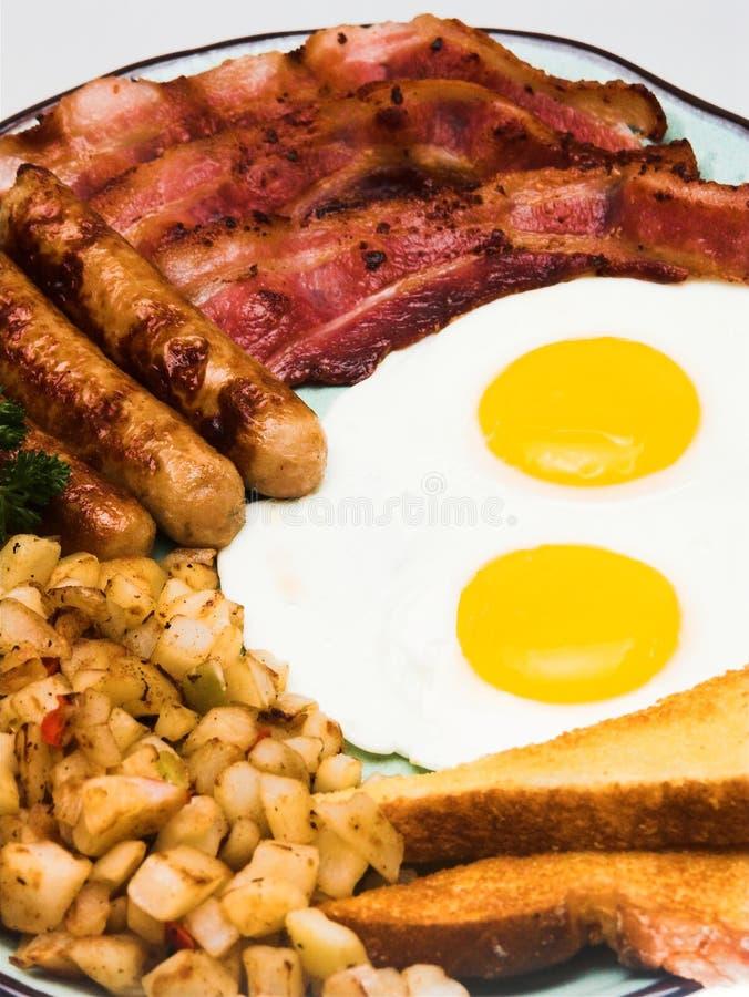 Terminez le déjeuner d'oeufs (la vue proche de verticale) photos stock