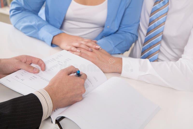 Termini e condizioni generali del contratto: chiuda su delle mani che firmano il docu fotografia stock libera da diritti