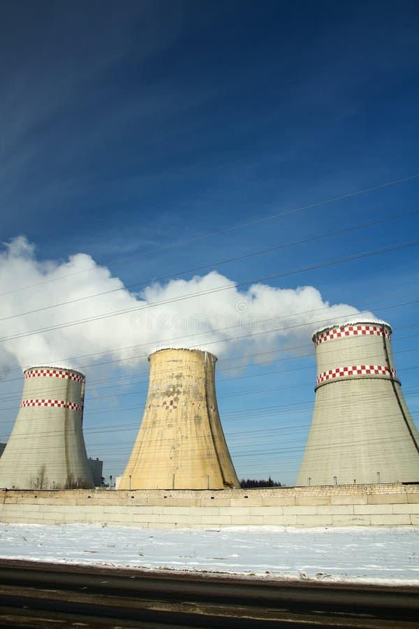 Termisk kraftverk i vinter royaltyfri fotografi