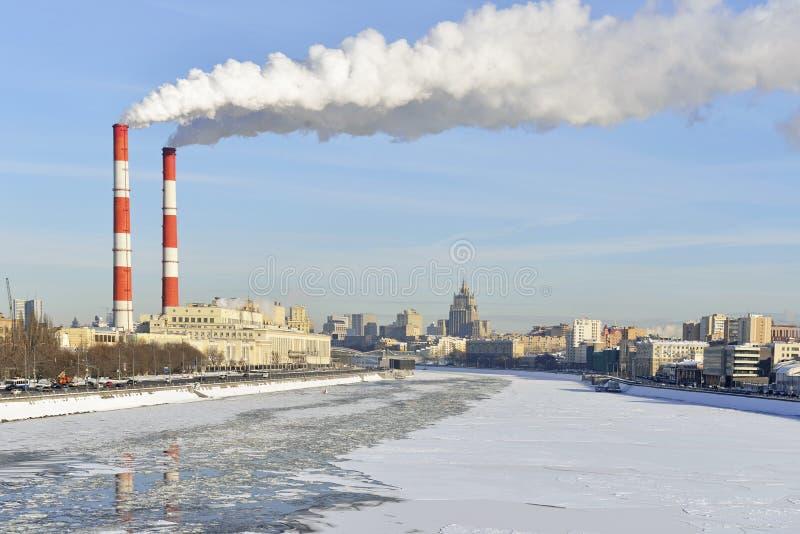 Termisk kraftverk på invallningen av Moskvafloden arkivbild