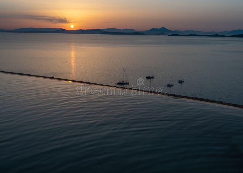Termisk pöl som förbiser golfen av Naples, Vesuvius och fartyg på soluppgång royaltyfri fotografi