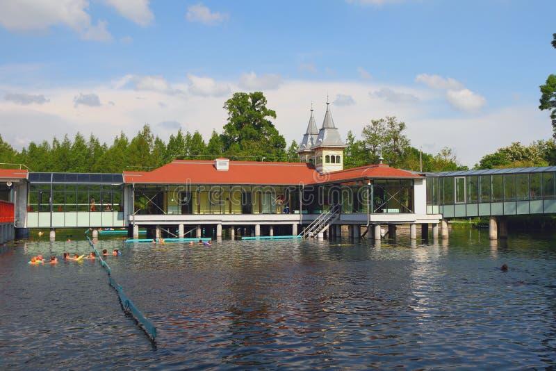 Termiska sjö och paviljonger på högar Heviz Ungern fotografering för bildbyråer