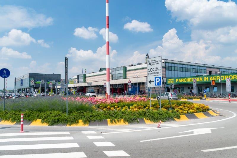 Termnal Bergamo för internationell flygplats på den soliga dagen royaltyfri foto