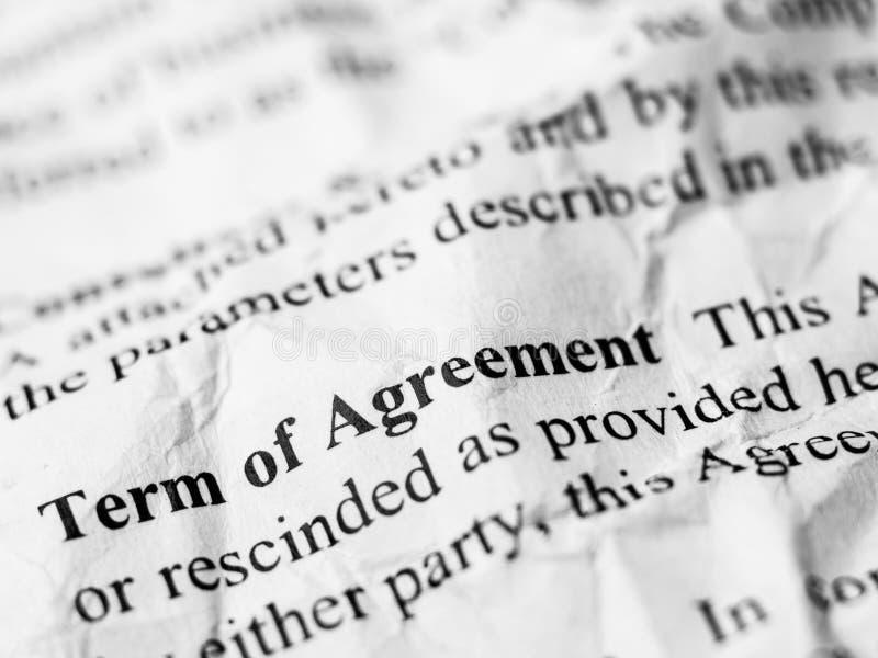 Termo da mensagem da palavra do acordo no contrato amarrotado e enrugado imagens de stock