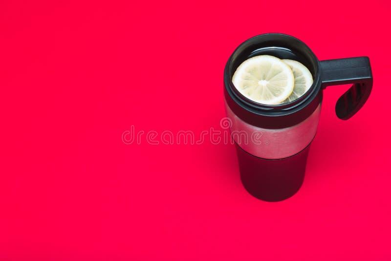 Termo tazza con tè fotografia stock libera da diritti