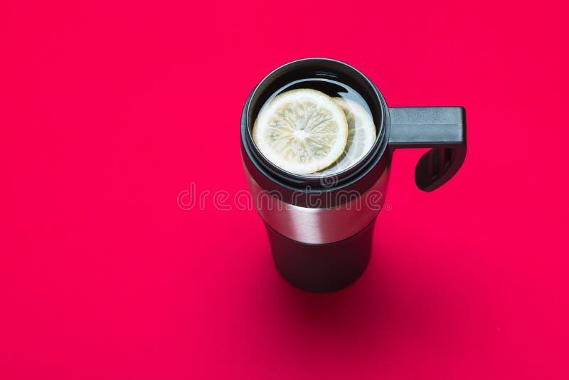 Termo tazza con tè immagini stock libere da diritti