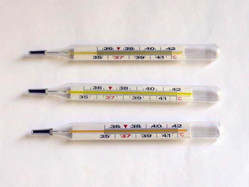 Termometer för att mäta temperaturen av människokroppen VIRUS infektion royaltyfria bilder