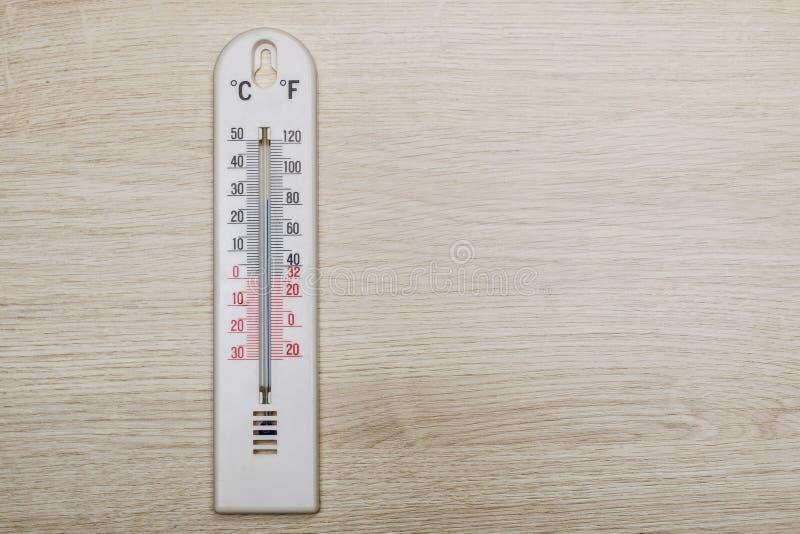 Termometer för vitt rum på träbakgrund royaltyfri foto