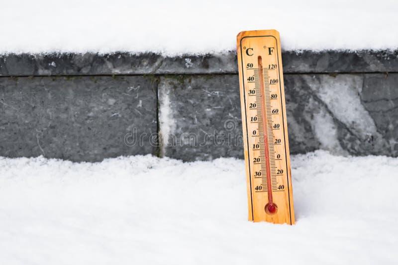 Termometer I Snow Stock Foton , bilder och fotografi Ladda