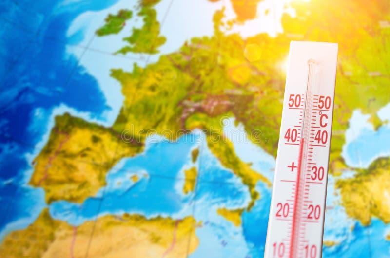 Termometer med en hög temperatur av fyrtio grader celsiust, mot bakgrunden av kontinenten Europa Begrepp f?r varmt v?der royaltyfria bilder