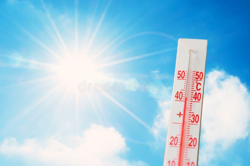 Termometern är varm i den ljusa solen för himmel, glödande strålar, begrepp av extremt väder fotografering för bildbyråer