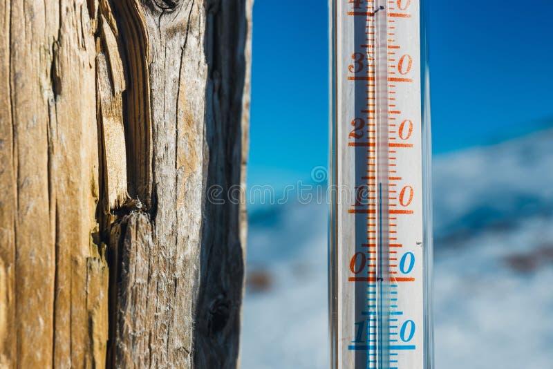 Termometr troczący na poczta outside w górze fotografia royalty free