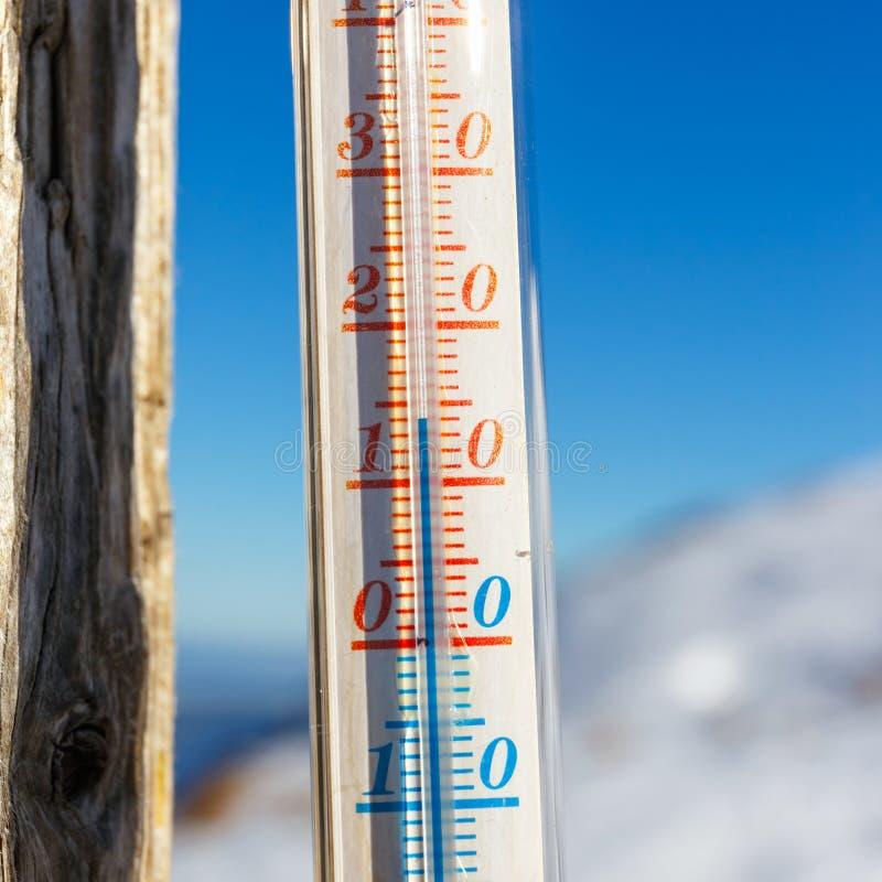 Termometr troczący na poczta outside w górze zdjęcia stock