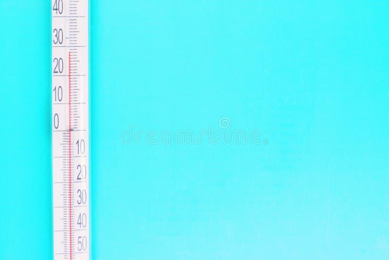 Termometr w górę błękitnego tła dalej, wysokotemperaturowego na termometr skali, meteorologiczny wyposażenie, lotnicza temperatur obrazy royalty free