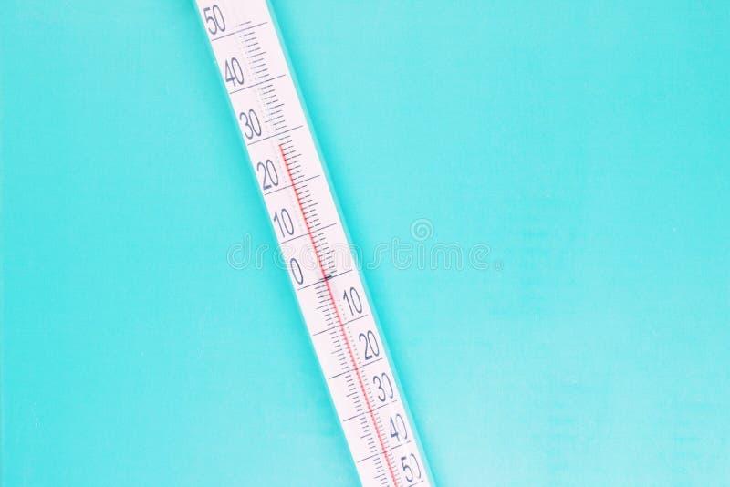 Termometr w górę błękitnego tła dalej, wysokotemperaturowego na termometr skali, meteorologiczny wyposażenie, lotnicza temperatur fotografia royalty free