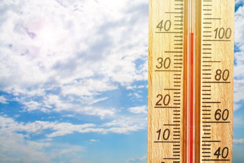 Termometr wystawia wysokość 40 stopni gorące temperatury w słońce letnim dniu obraz stock
