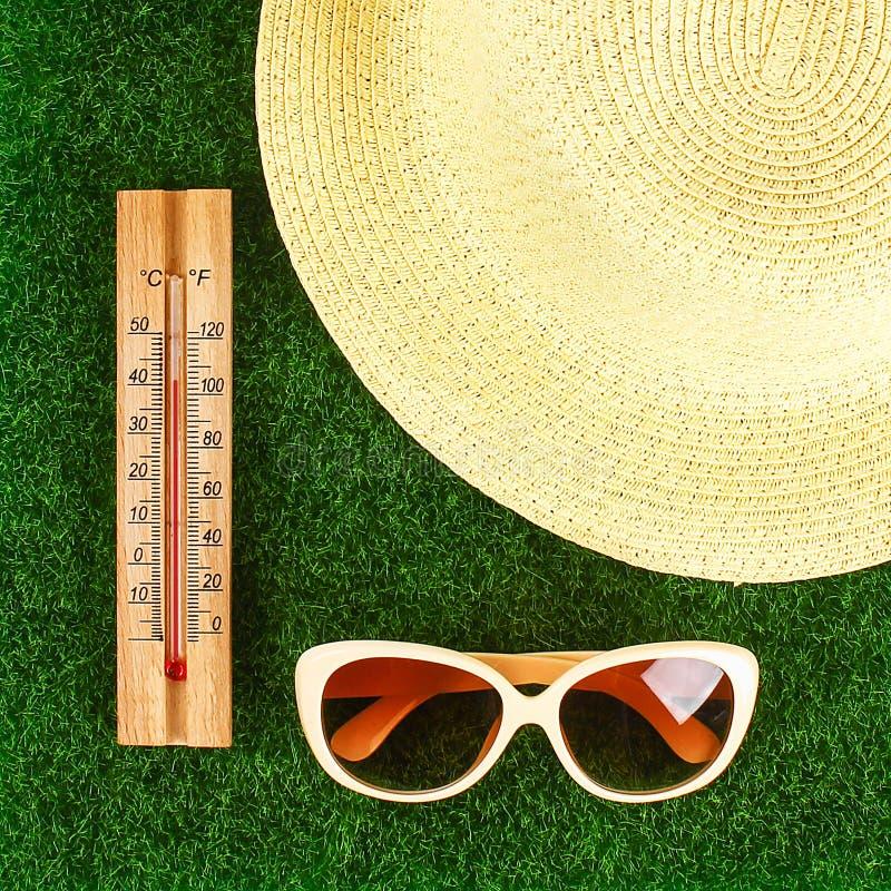 Termometr wystawia wysoko?? 40 stopni gor?ce temperatury w s?o?ce letnim dniu obraz stock