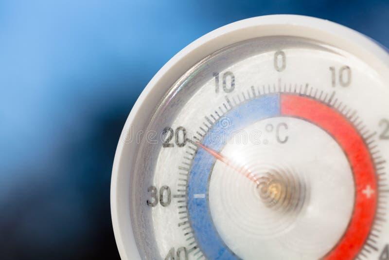 Termometro all'aperto con la scala Celsius che mostra temperatura di congelamento severa fotografia stock
