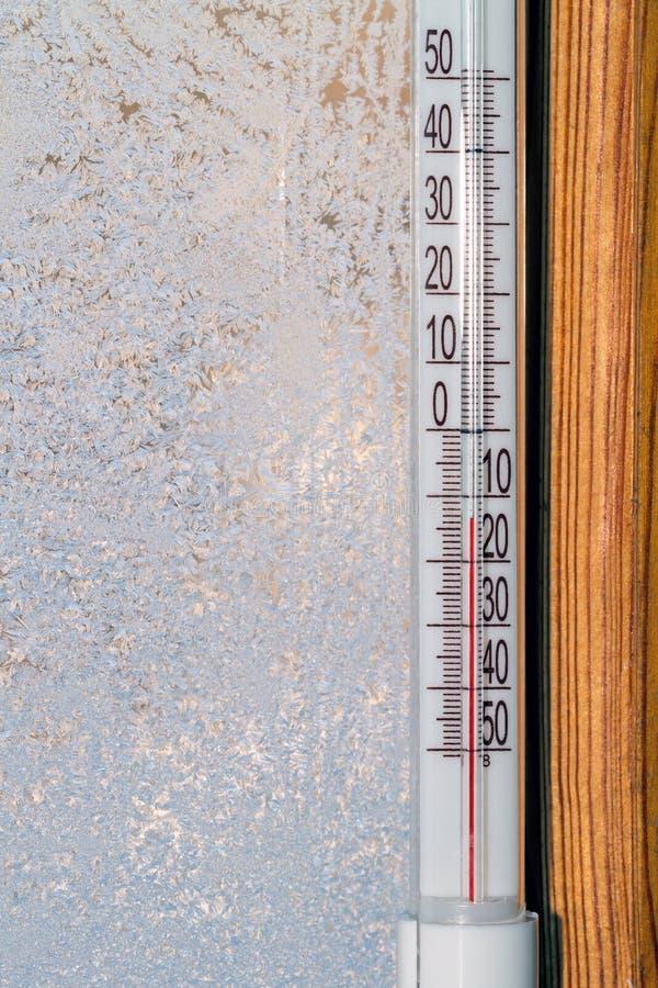 Termometro all'aperto su una finestra immagine stock libera da diritti