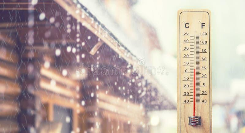 Termometro che visualizza centigrado 5 gradi o 40 Fahrenheit, in Th fotografie stock