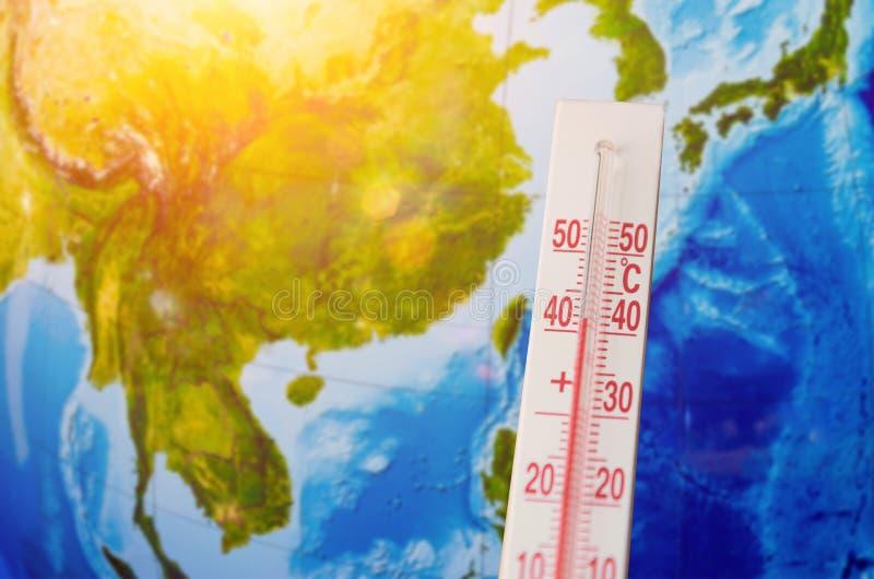 Termometro con una temperatura elevata centigrado di quaranta gradi, contro lo sfondo del continente Sud-est asiatico, il Pacific immagini stock