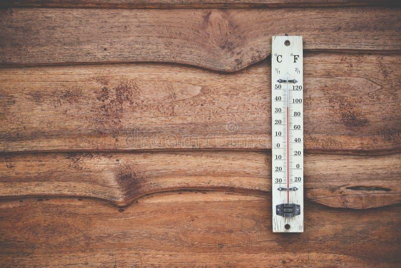 Termometro di legno calibrato nei gradi centigradi sulla parete di legno, concetto di tempo fotografie stock libere da diritti
