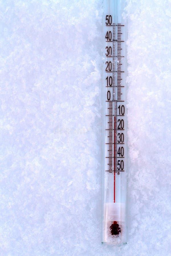 Termometro a mercurio nella neve fotografie stock libere da diritti