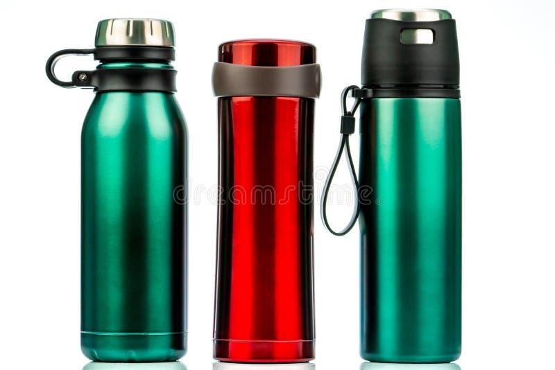 Termosflaska som isoleras på vit bakgrund Återvinningsbar flaskbehållare för kaffe eller för te Termoslopptorktumlare Isolerad dr royaltyfri fotografi