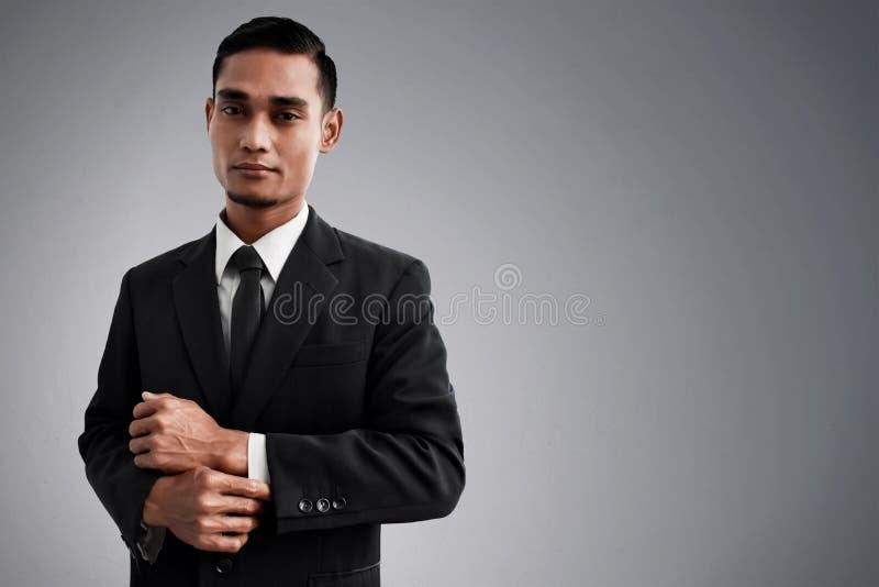 Terno asiático do preto do desgaste de homem do negócio fotografia de stock royalty free