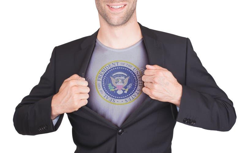 Terno da abertura do homem de negócios para revelar a camisa imagens de stock royalty free