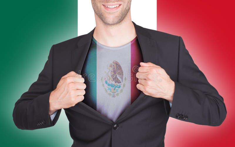 Terno da abertura do homem de negócios para revelar a camisa com bandeira foto de stock royalty free