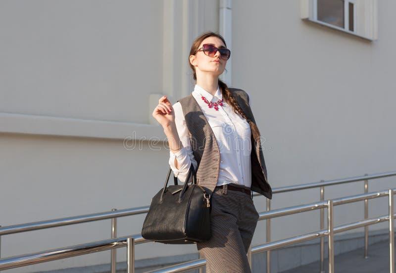 Terno de negócio da mulher, bolsa fotografia de stock royalty free