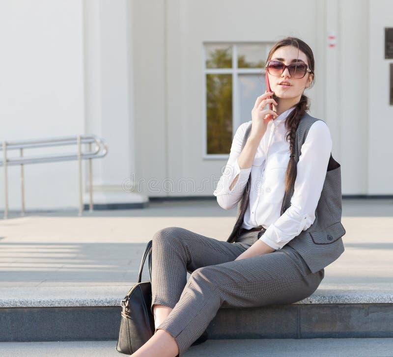 Terno de negócio da mulher, bolsa, telefone esperto foto de stock royalty free