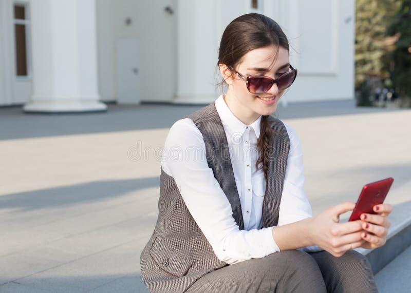 Terno de negócio da mulher, bolsa, telefone esperto imagem de stock royalty free