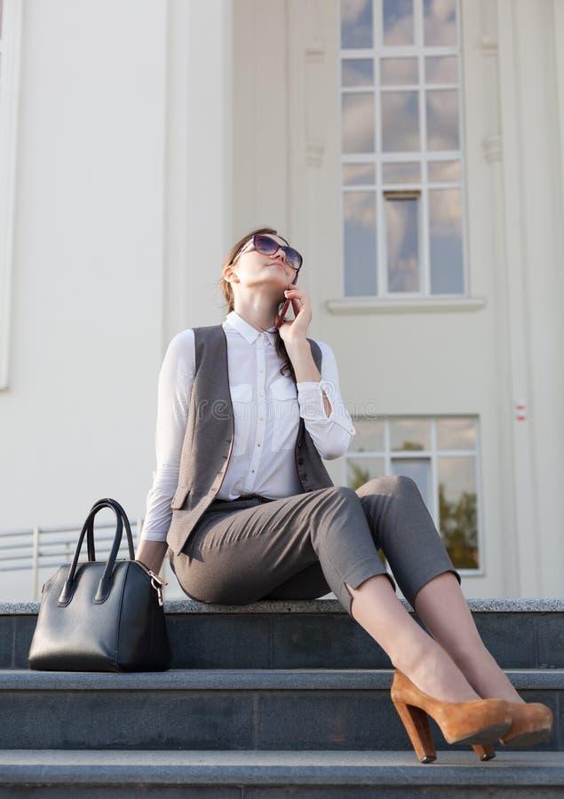 Terno de negócio da mulher, bolsa, telefone esperto imagens de stock