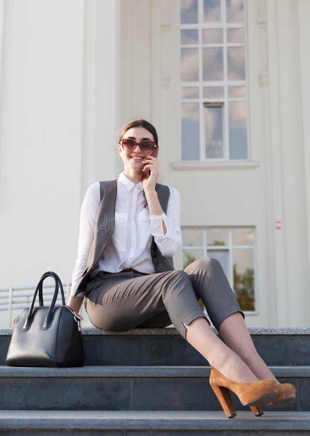 Terno de negócio da mulher, bolsa, telefone esperto fotos de stock royalty free