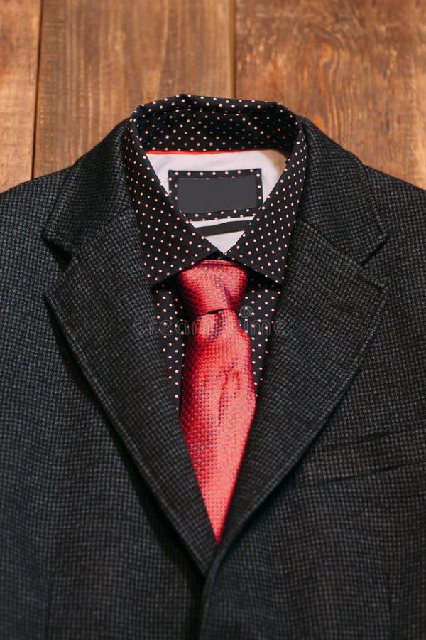 Terno de negócio dos homens com um laço vermelho imagem de stock royalty free