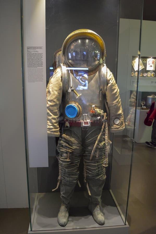 Terno e capacete de espaço do russo para expedições lunares na exposição em um museu imagem de stock royalty free