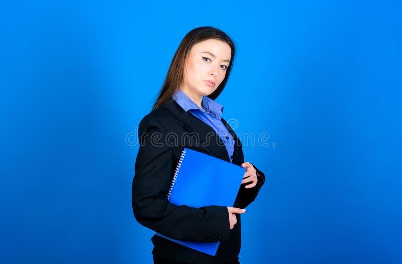 Terno formal da mulher com notas do dobrador Apronte para a li??o Educa??o do neg?cio Estudante da mulher de neg?cios Estudante e foto de stock