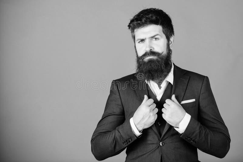 Terno ? moda brandnew Forma formal masculina Chefe ? moda da m?fia Chefe da m?fia Moderno maduro com barba Homem de neg?cios dent imagem de stock