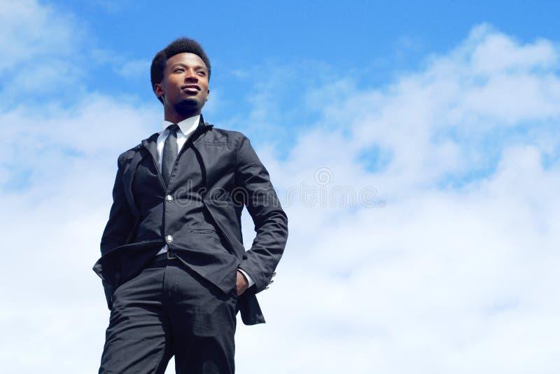 Terno novo e laço do céu azul de opinião de baixo ângulo do líder do homem de negócios fotos de stock royalty free