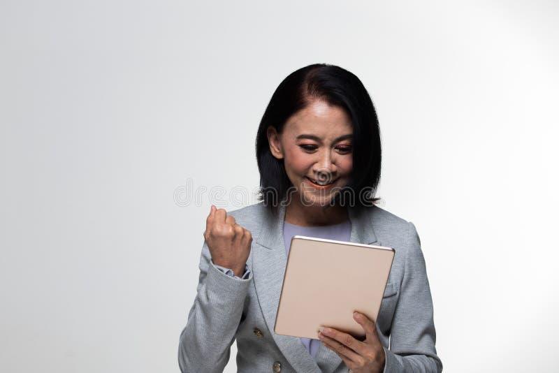 Terno velho do suporte da mulher de negócio dos anos do asiático 50s 60s fotografia de stock