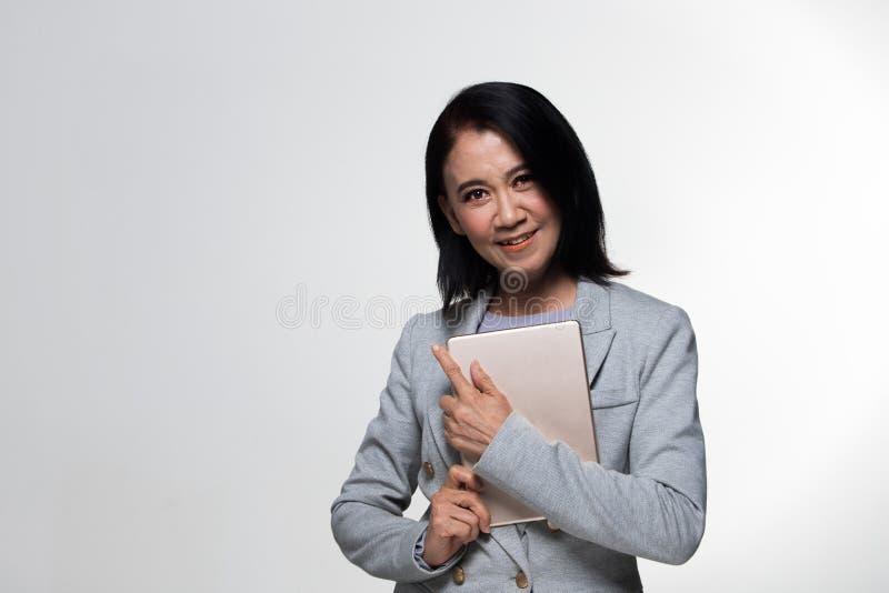 Terno velho do suporte da mulher de negócio dos anos do asiático 50s 60s foto de stock