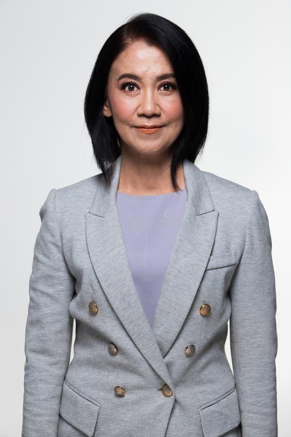 Terno velho do suporte da mulher de negócio dos anos do asiático 50s 60s fotos de stock