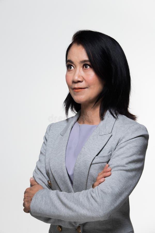 Terno velho do suporte da mulher de negócio dos anos do asiático 50s 60s fotografia de stock royalty free
