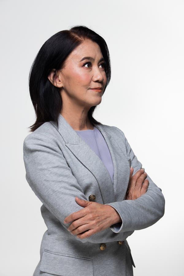 Terno velho do suporte da mulher de negócio dos anos do asiático 50s 60s imagens de stock